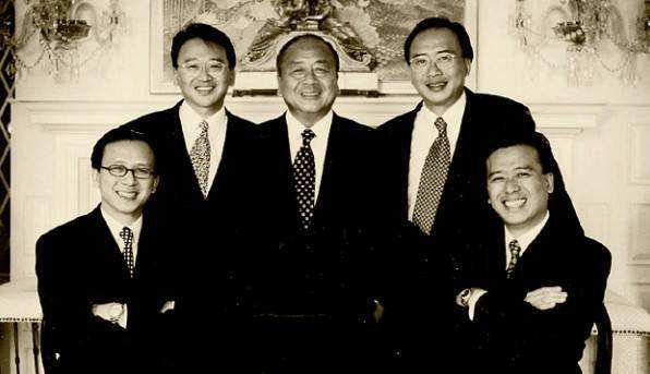 Lee Wenda con 4 de sus hijos
